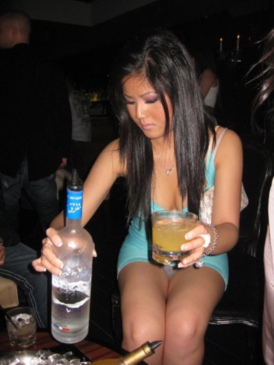Азиатка в голубом мини-платье засветила серые трусики