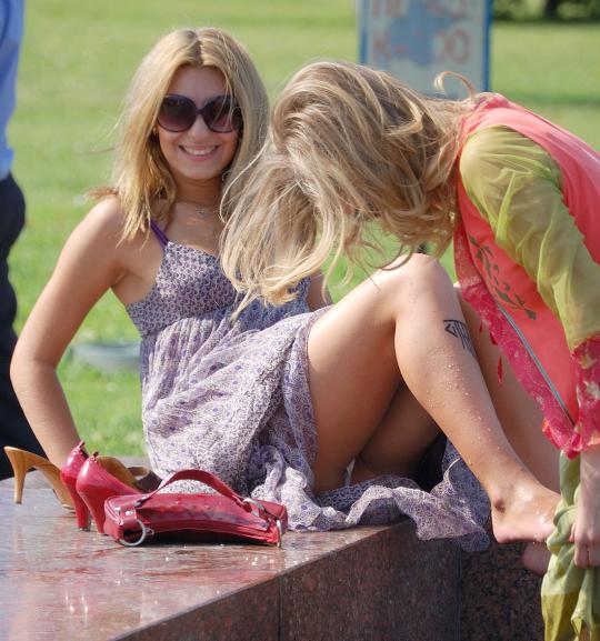 Блондинка с татуировкой засветила под платьем белые трусики