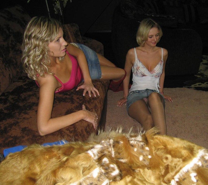 Блондинка в колготках и мини-юбке засветила розовые трусики