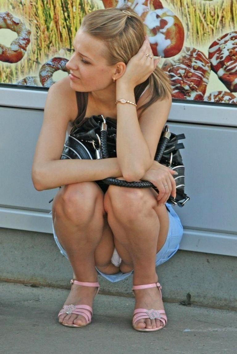 Девушка засветила трусики под джинсовой мини-юбкой