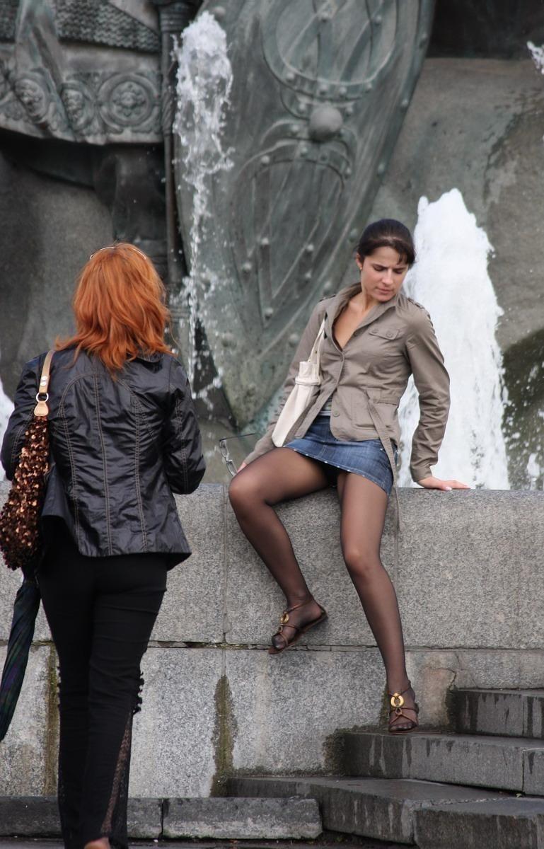 Девушка в колготках и мини-юбке засветила черные трусики