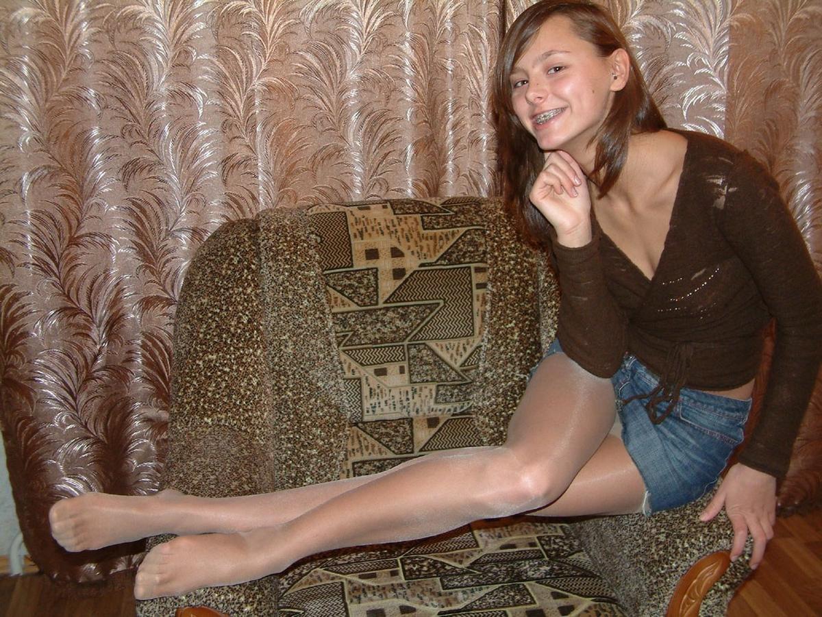 Девушка засветила колготки под джинсовой мини-юбкой