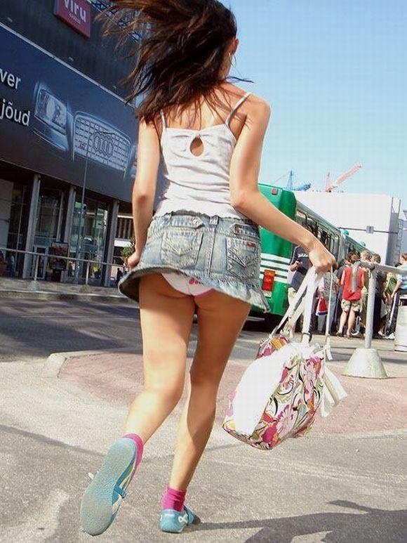 Белые трусики бегущей девушки в джинсовой мини-юбке