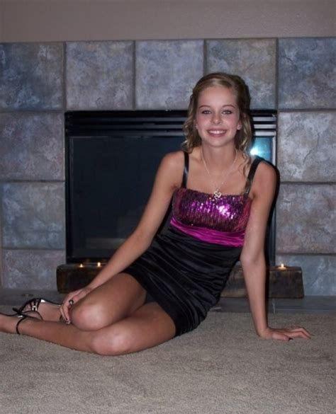 Блондинка в мини-платье засветила черные трусики
