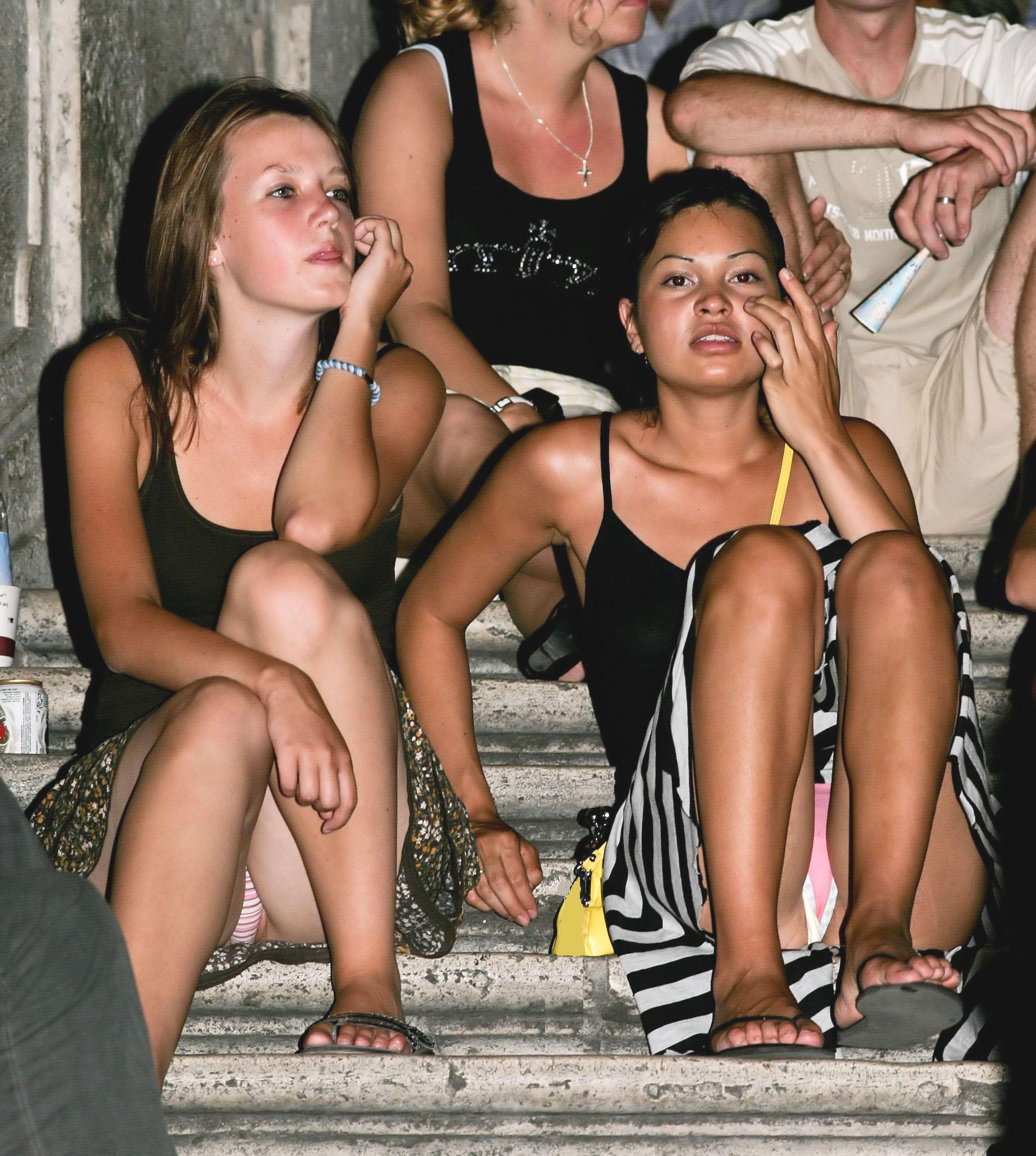 Две сексуальные девушки светят трусиками сидя на лестнице