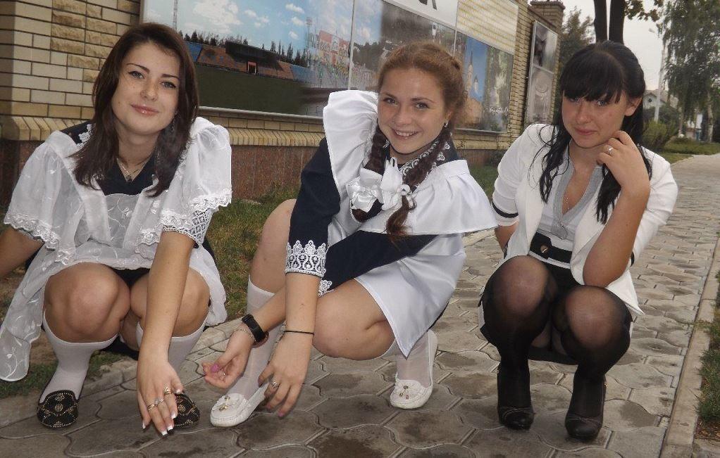 Две выпускницы в мини-юбках светят своими трусиками