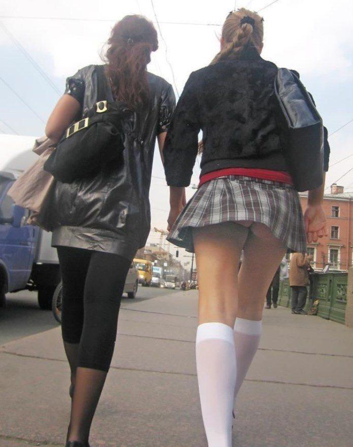 Девушка в белых гольфах и мини-юбке засветила свою попку