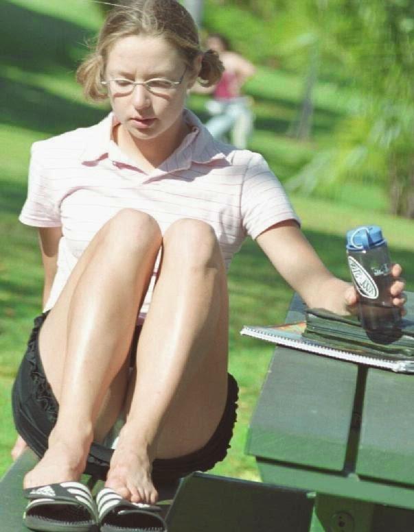 Девушка в черной мини-юбке засветила белые трусики