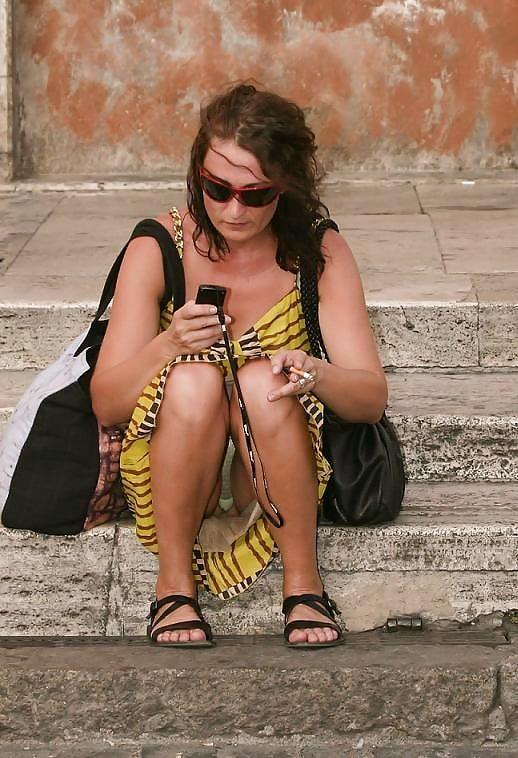 Брюнетка в желтом платье засветила прозрачные трусики