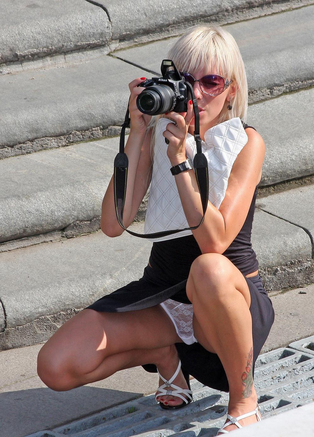 Блондинка в черной юбке засветила белые кружевные трусики