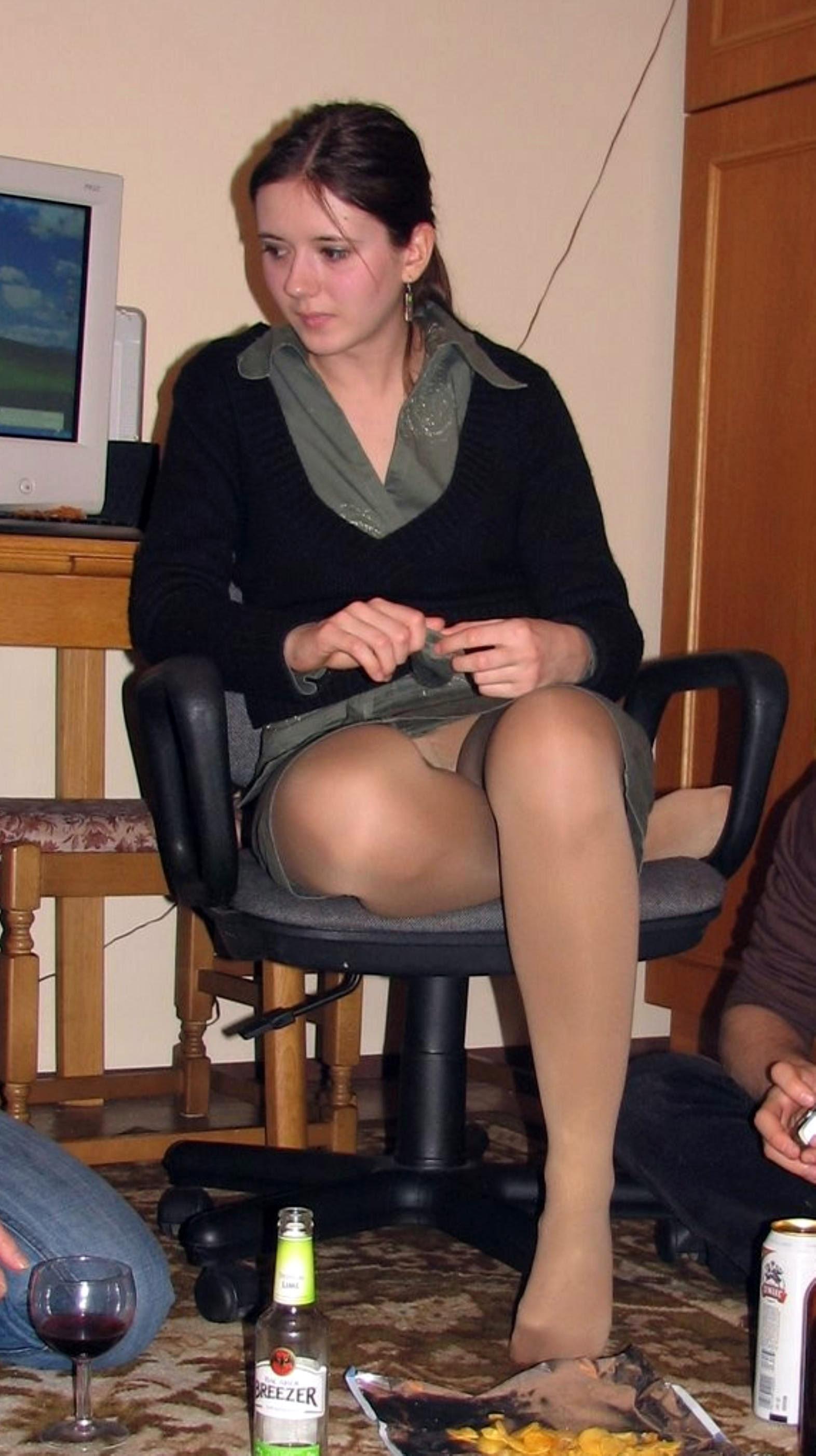 Девушка в сером мини-платье засветила колготки под юбкой