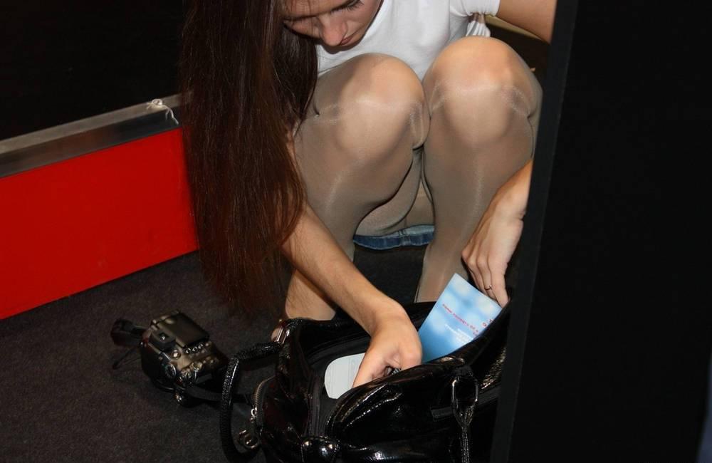 Девушка в мини-юбке засветила колготки телесного цвета