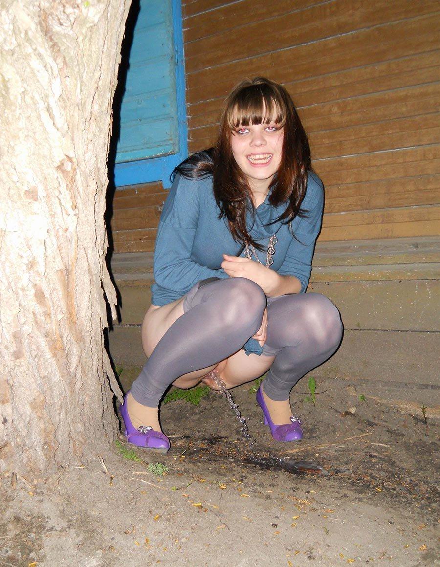 Девушка в серых леггинсах решила пописать на улице