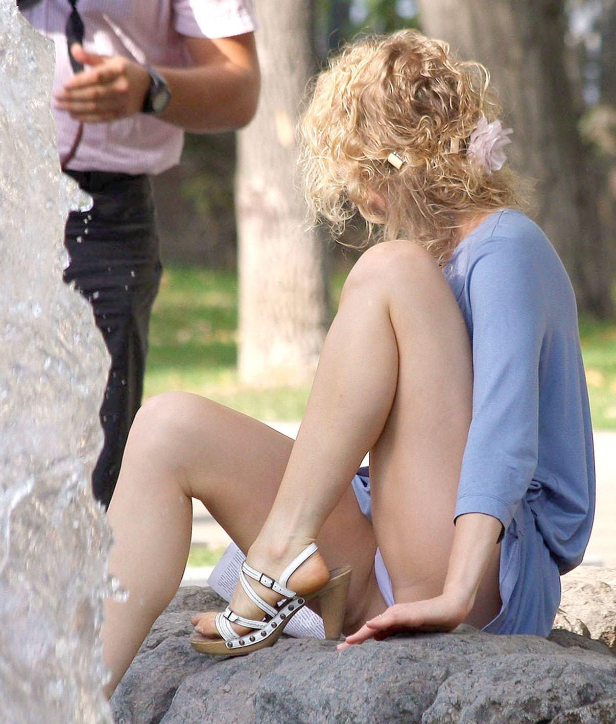 Блондинка в голубом платье засветила белые трусики