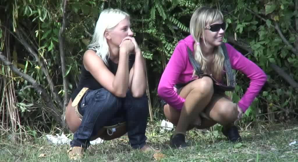 Две блондинки писают в парке в День Победы