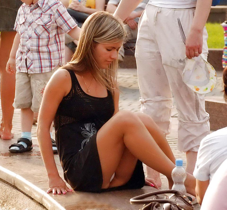 Блондинка в черном мини-платье засветила белые трусики