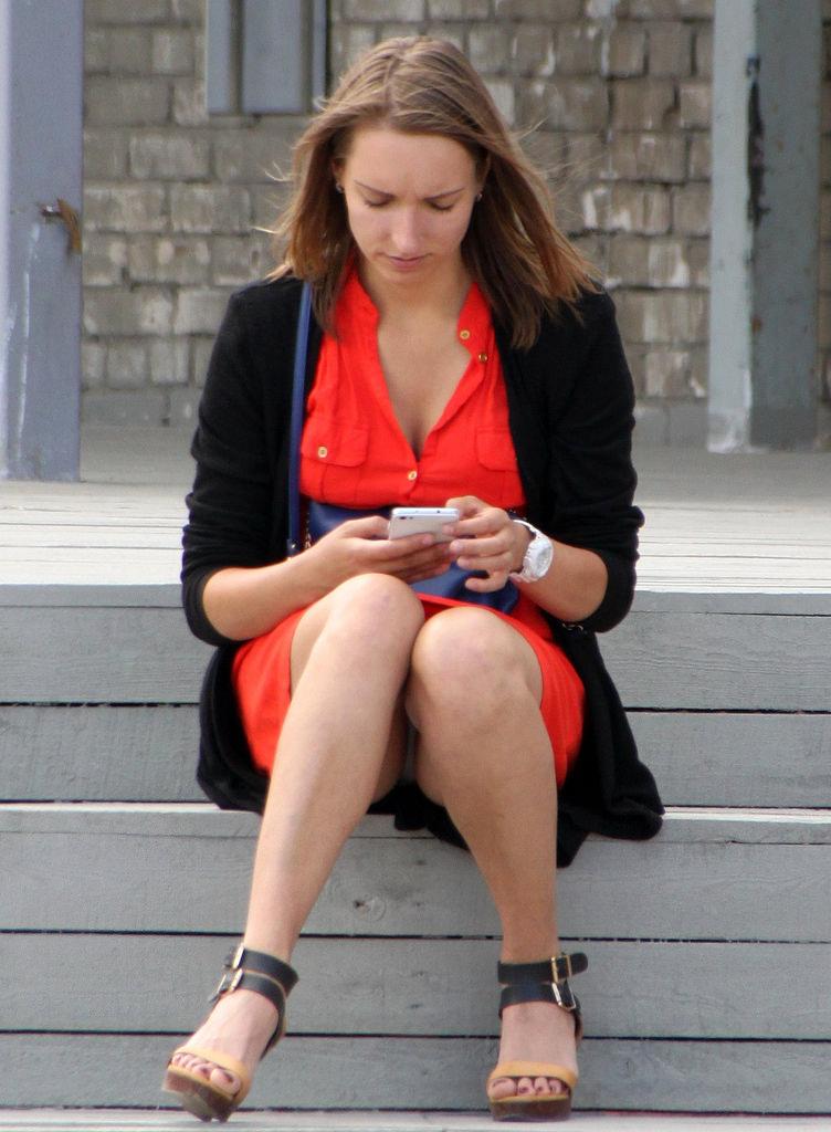 Девушка со смартфоном засветила серые трусики под платьем