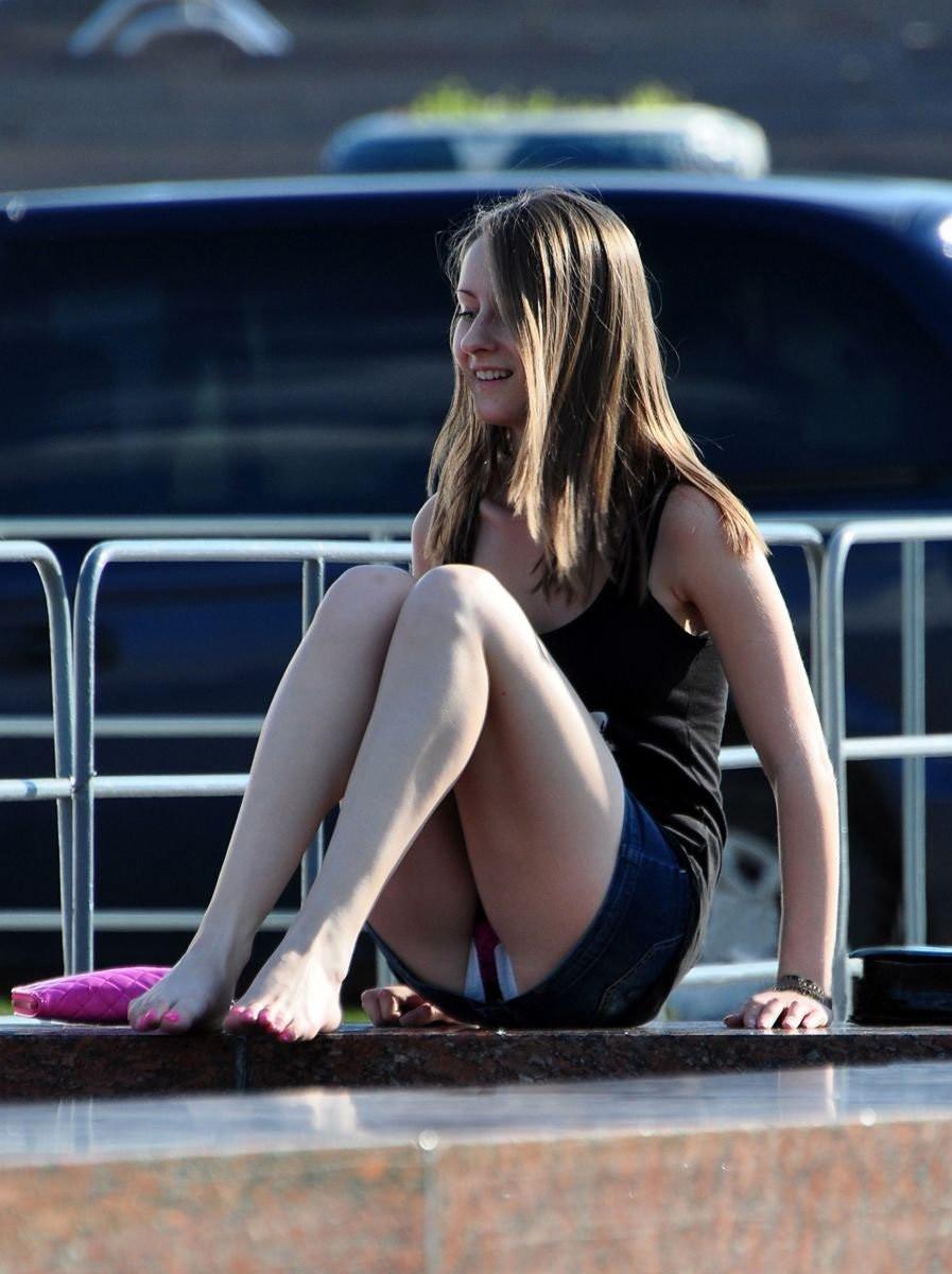Девушка в джинсовой мини-юбке засветила бордовые трусики