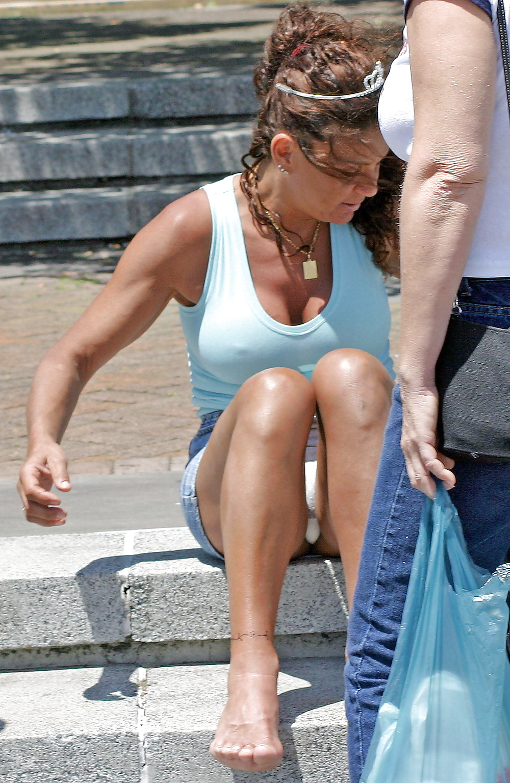 Женщина в джинсовой мини-юбке засветила белые трусики