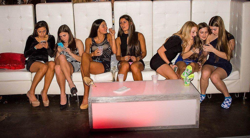 Три девушки в мини-платьях светят своими трусиками