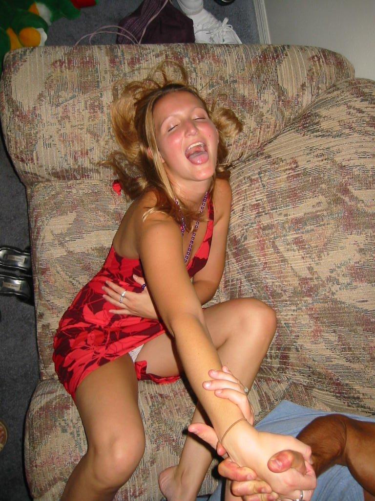 Девушка в бордовом мини-платье засветила белые трусики