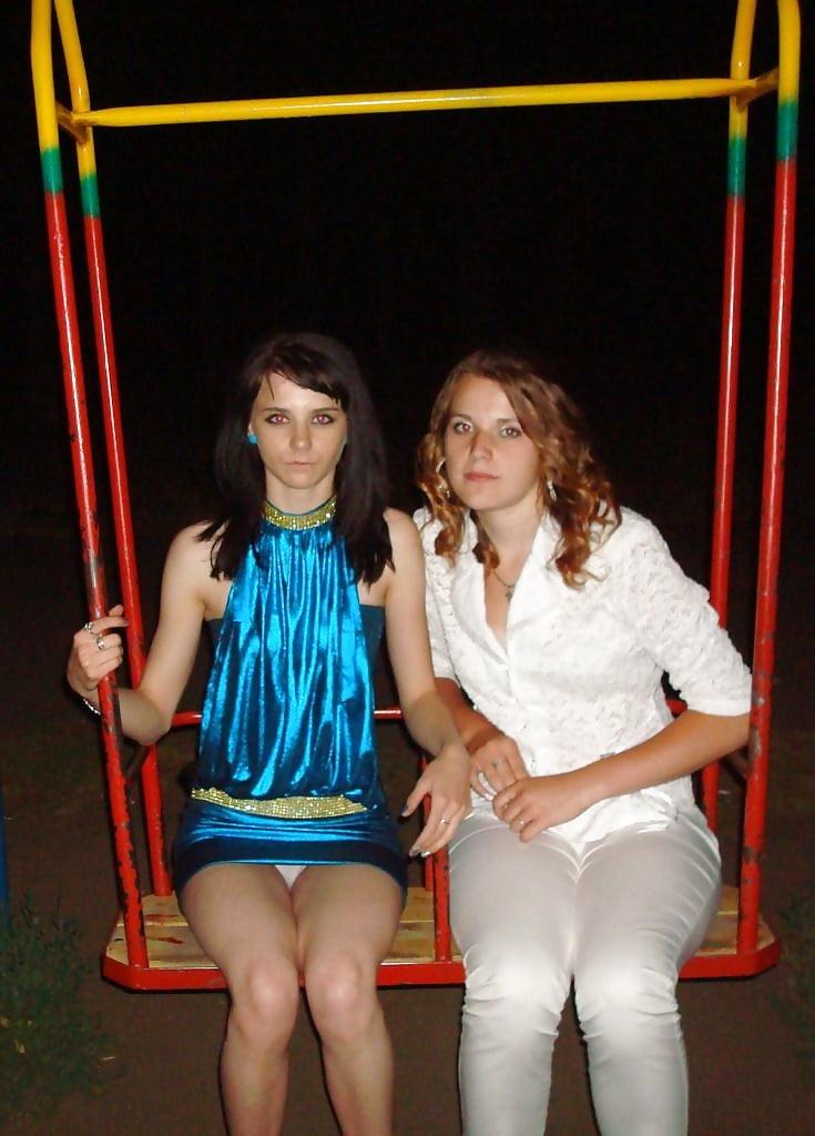Брюнетка в синем мини-платье засветила белые трусики