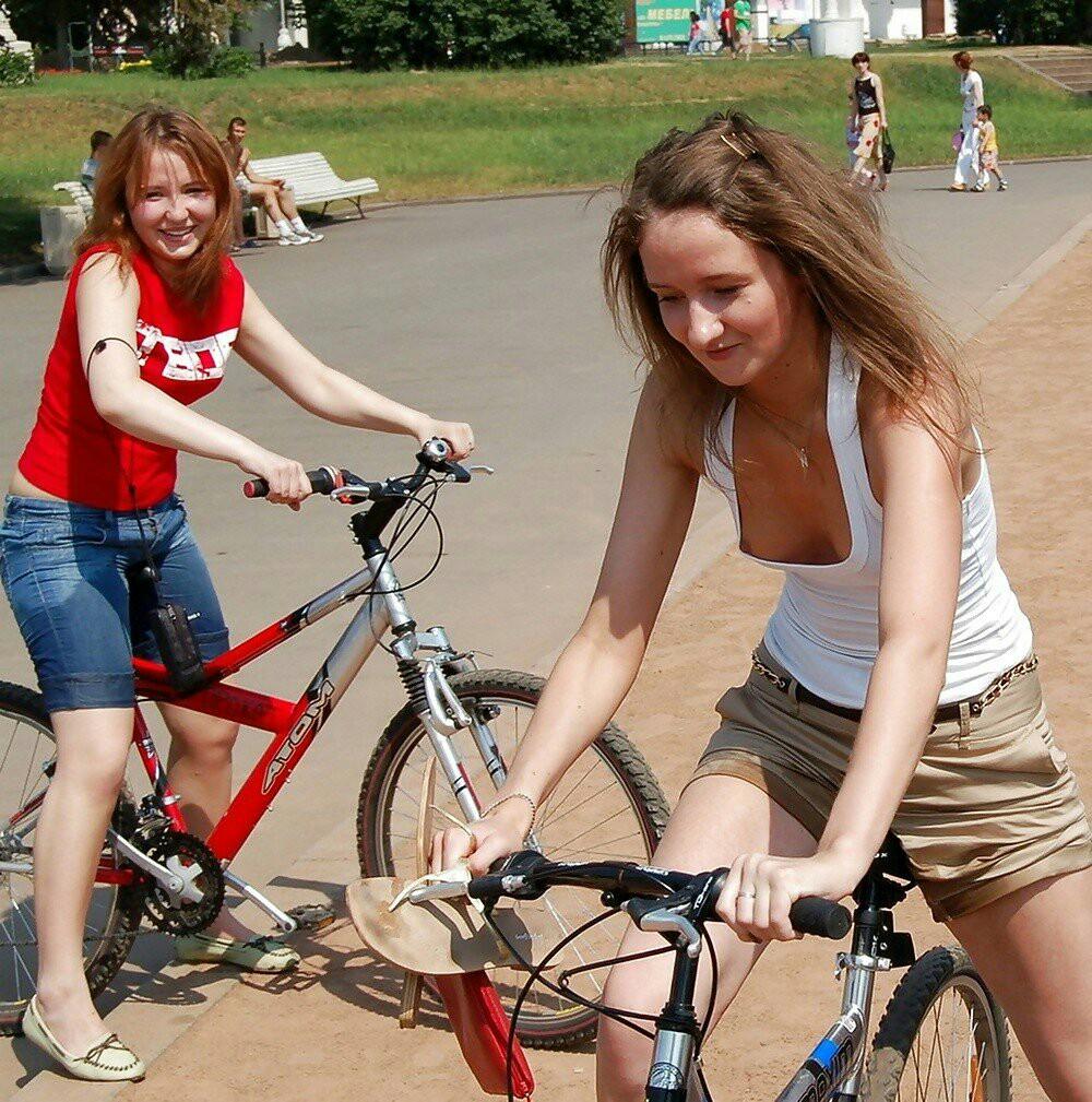 Девушка с велосипедом засветила свою грудь