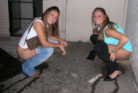Две сексуальные девушки писают на улице за углом