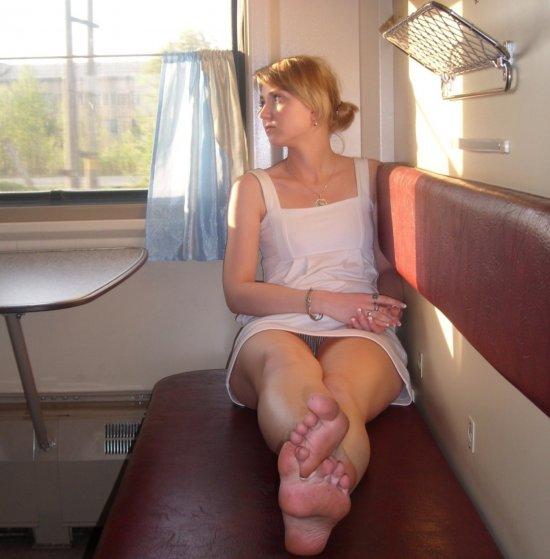 Девушка засветила в поезде полосатые трусики