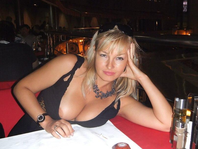Блондинка в черном платье засветила пышную грудь