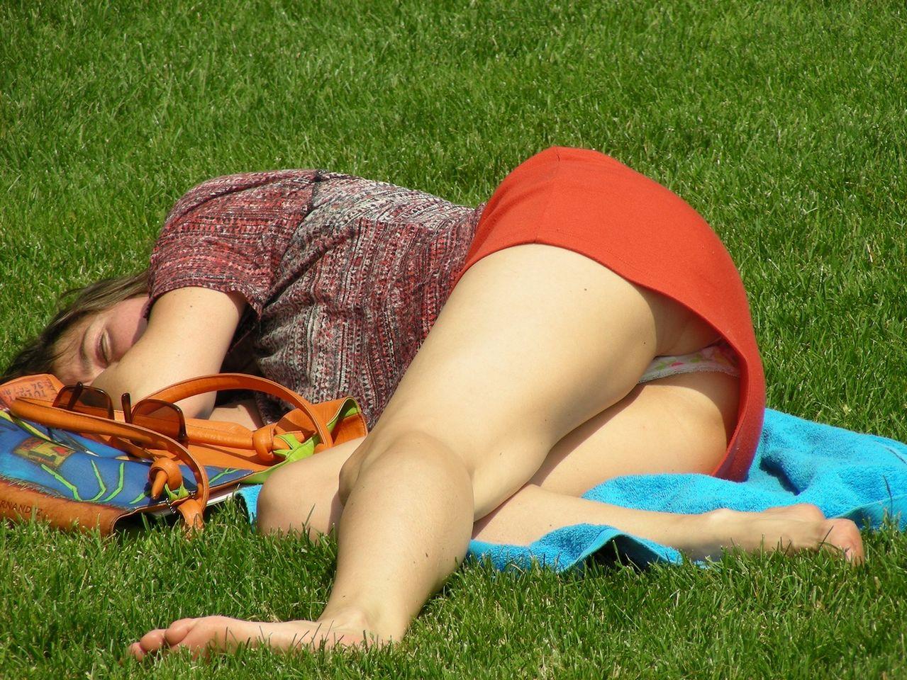 Молодая девушка засветила трусики под короткой красной юбкой