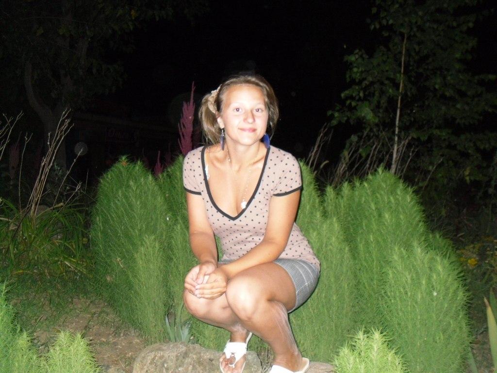 Юная девочка в мини-юбке светит белыми трусиками