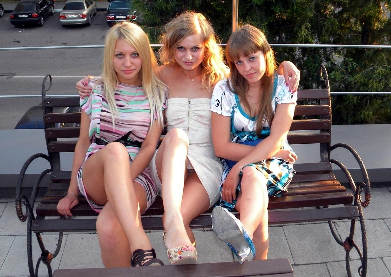 Девушка в белом мини-платье засветила серые трусики