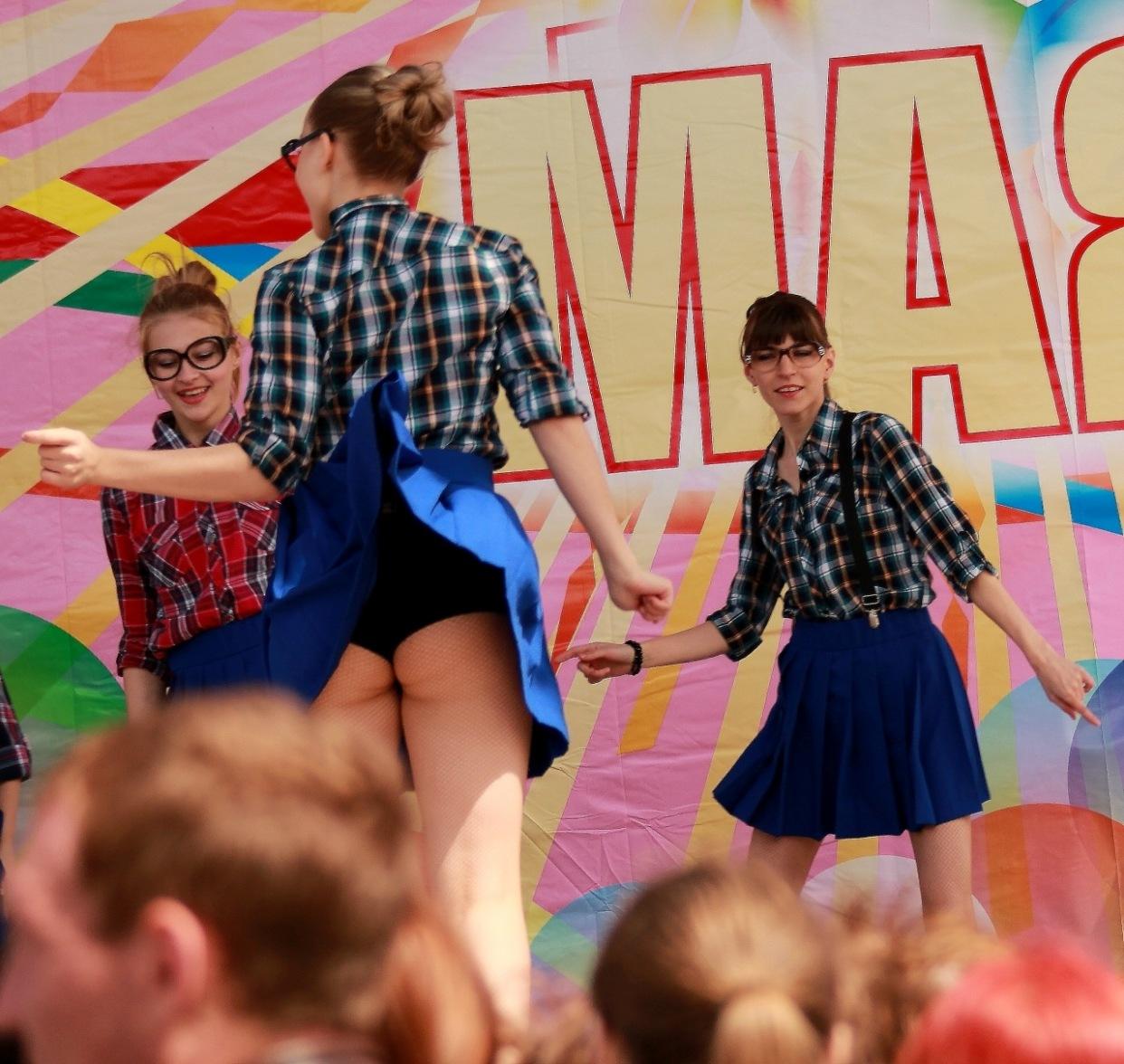 Девушка в синей мини-юбке засветила черные трусики