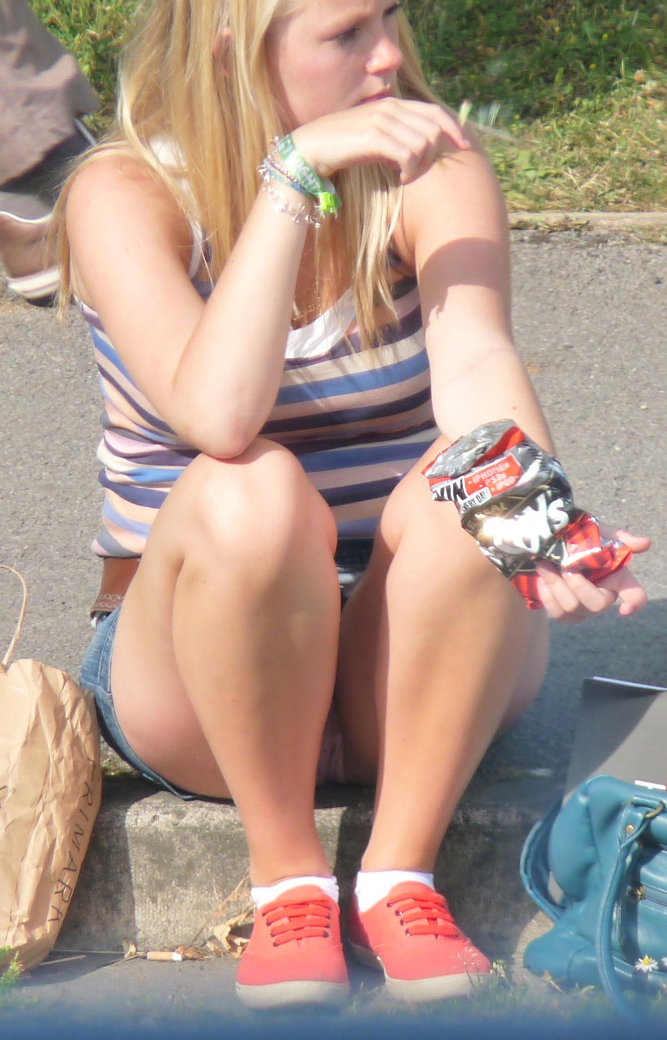 Блондинка в джинсовой мини-юбке засветила розовые трусики