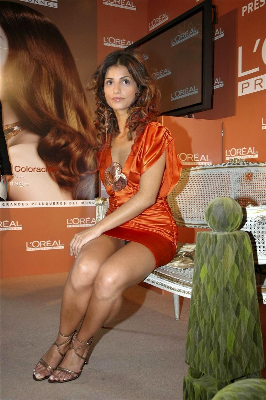 Девушка в оранжевом мини-платье засветила черные трусики