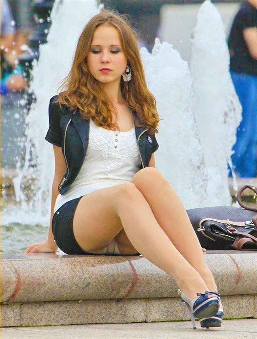 Девушка в мини-юбке засветила у фонтана белые трусики