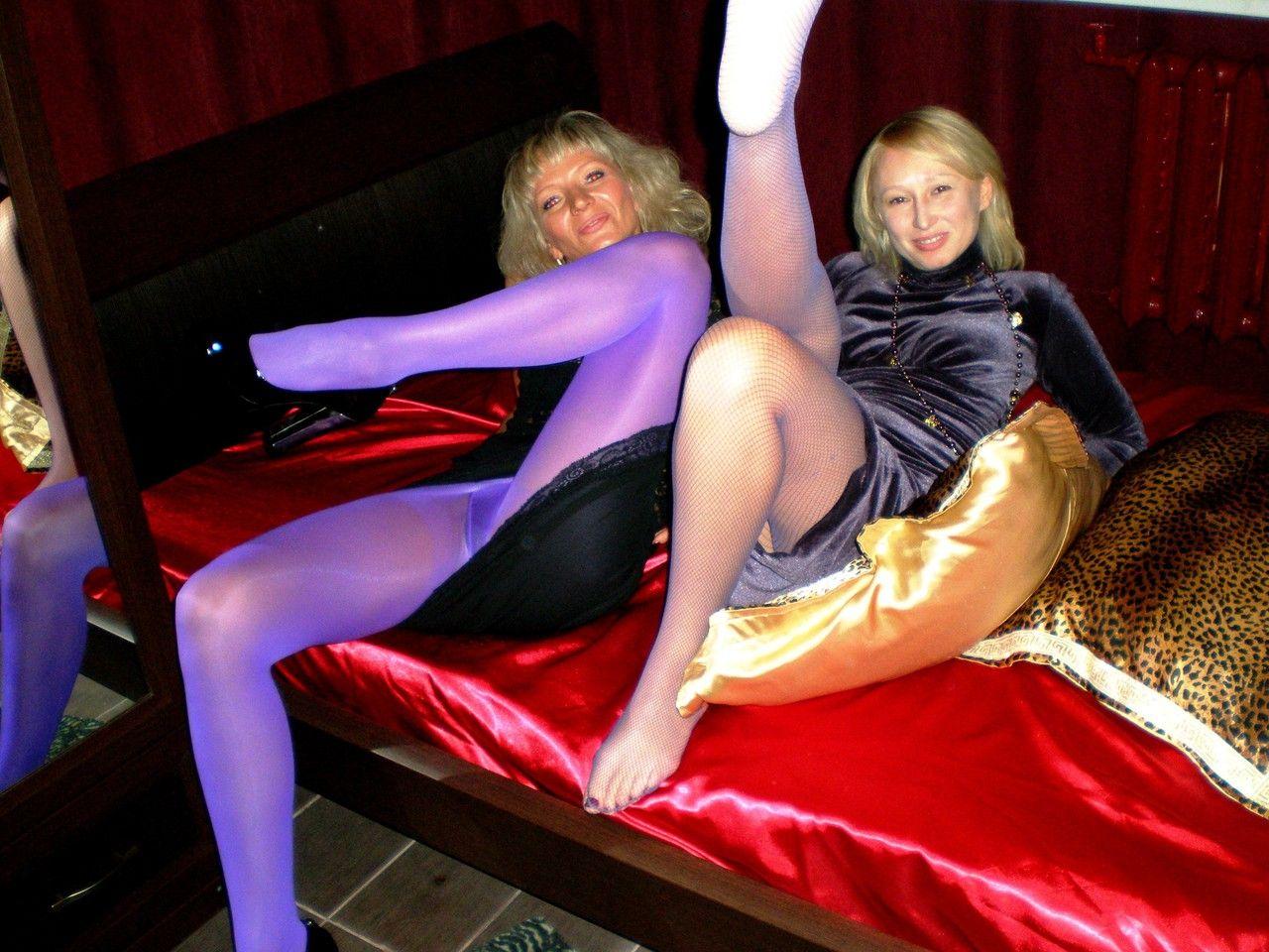 Блондинка в возрасте засветила трусики под колготками