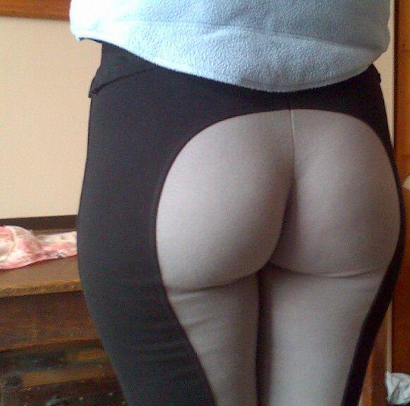 Сексуальная попка девушки в черно-белых рейтузах
