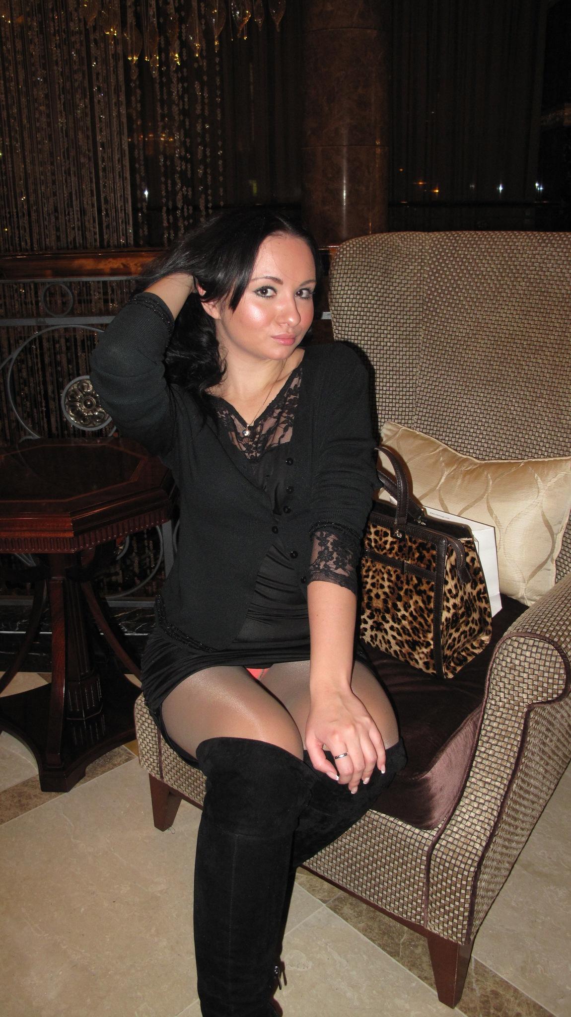 Брюнетка в черном мини-платье и колготках засветила трусики