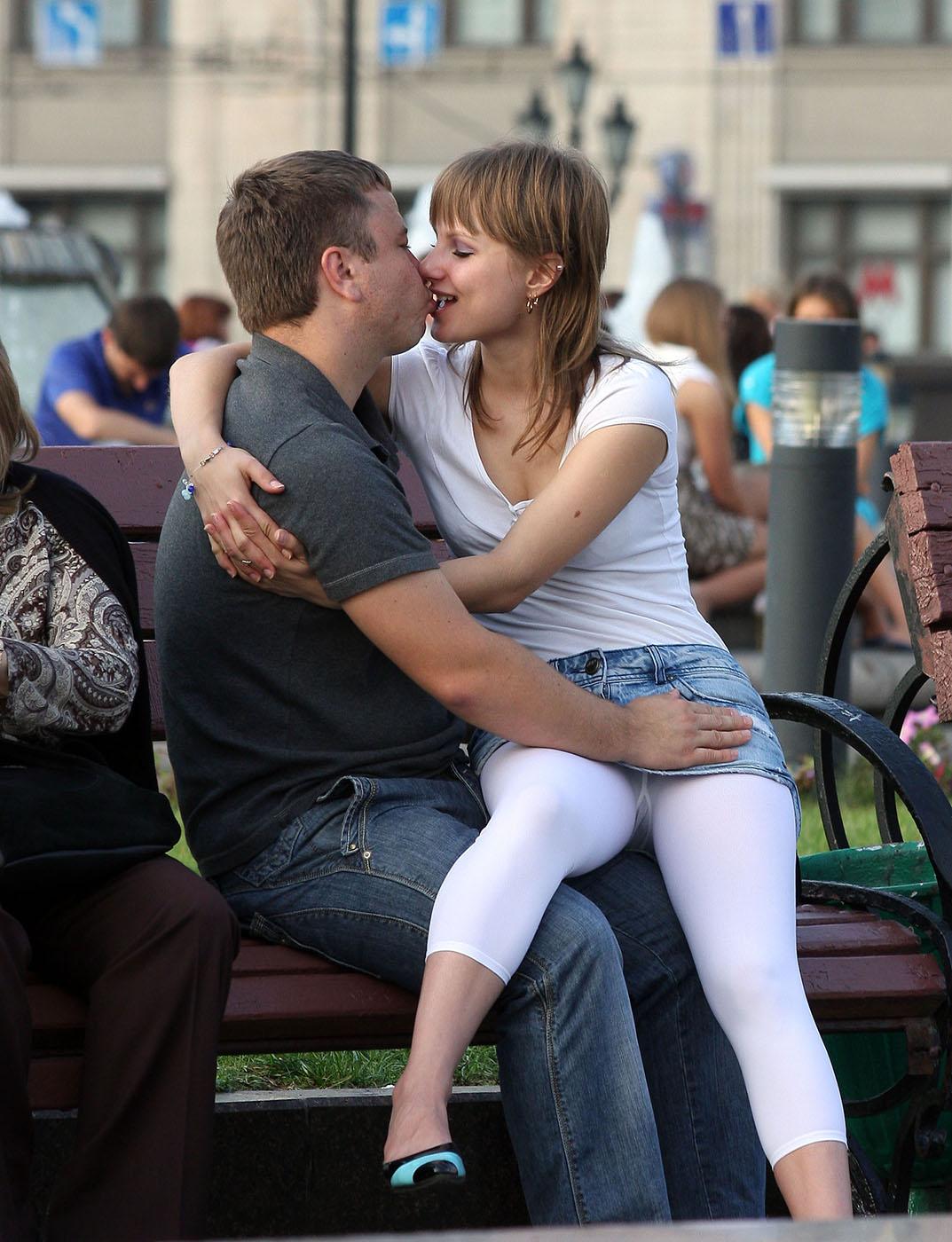 Девушка в джинсовой мини-юбке засветила белые лосины