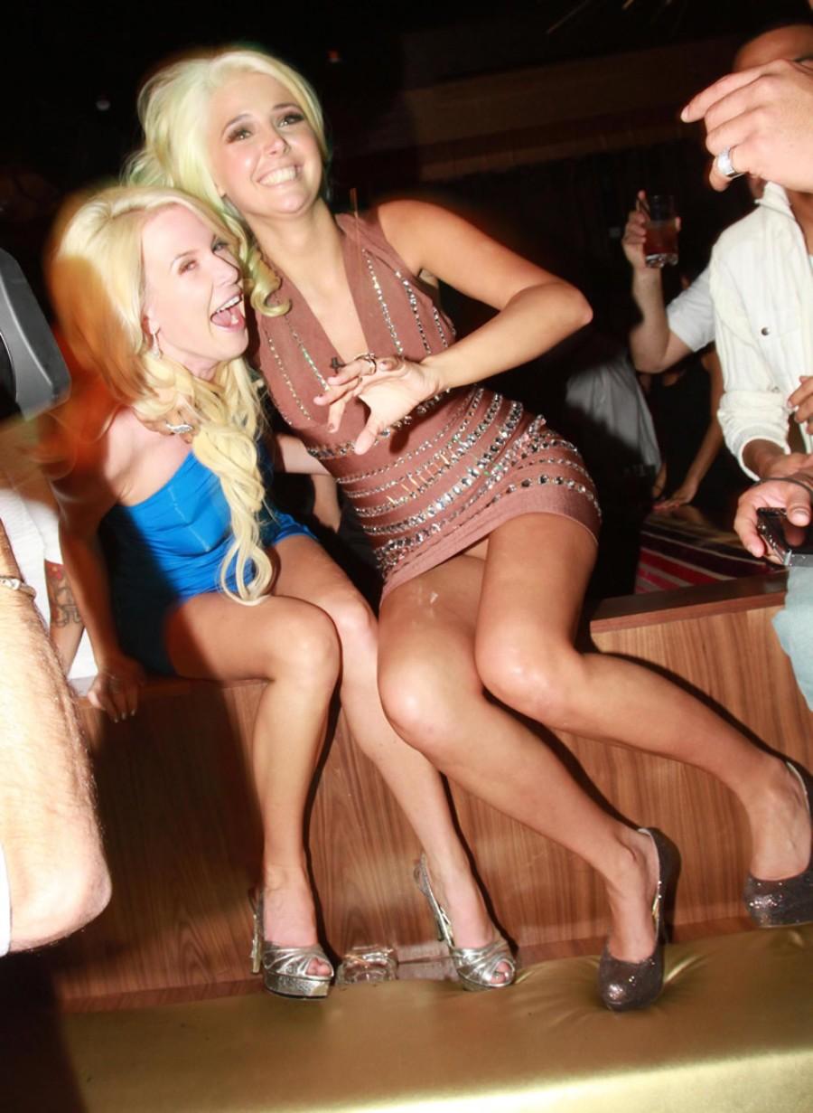 Блондинка в мини-платье засветила бежевые трусики