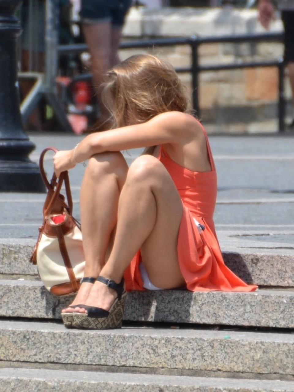 Девушка в персиковом платье засветила белые трусики
