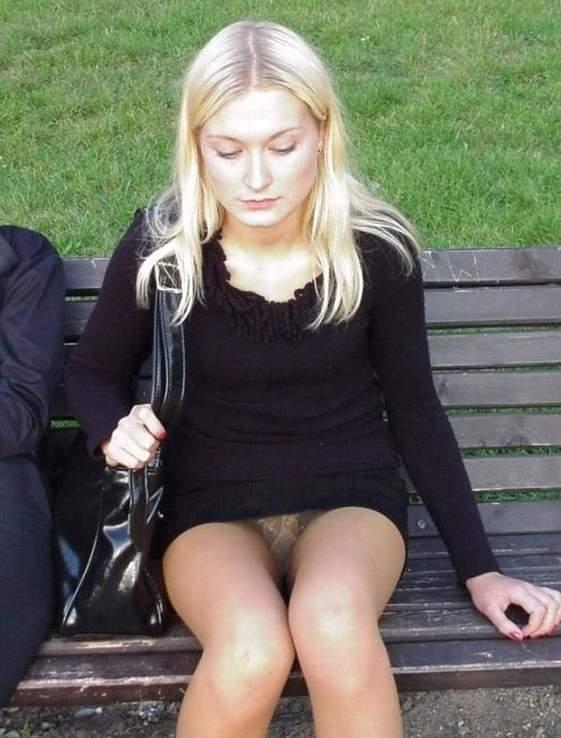 Блондинка в черном платье засветила под юбкой колготки телесного цвета