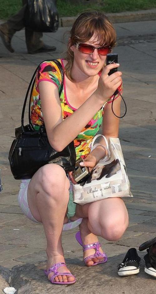 Женщина в белой мини-юбке засветила салатовые трусики