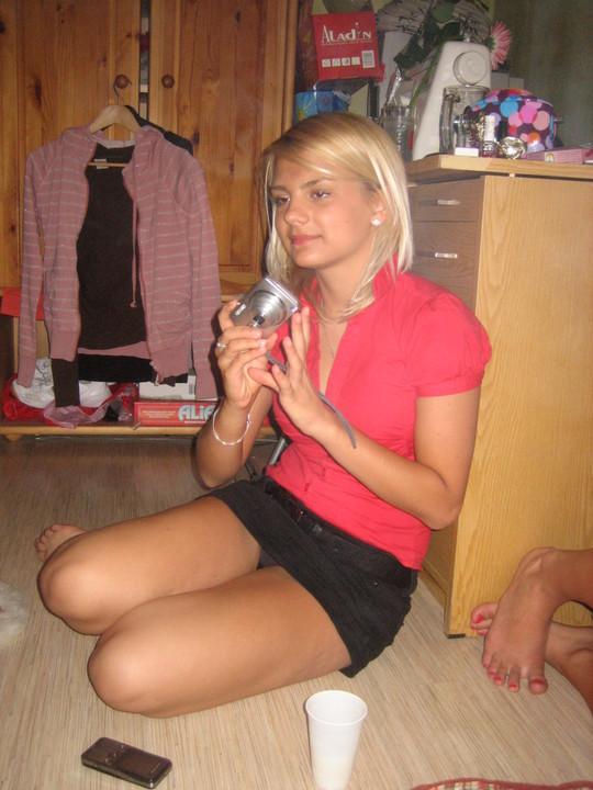 Блондинка в черной мини-юбке засветила серые трусики