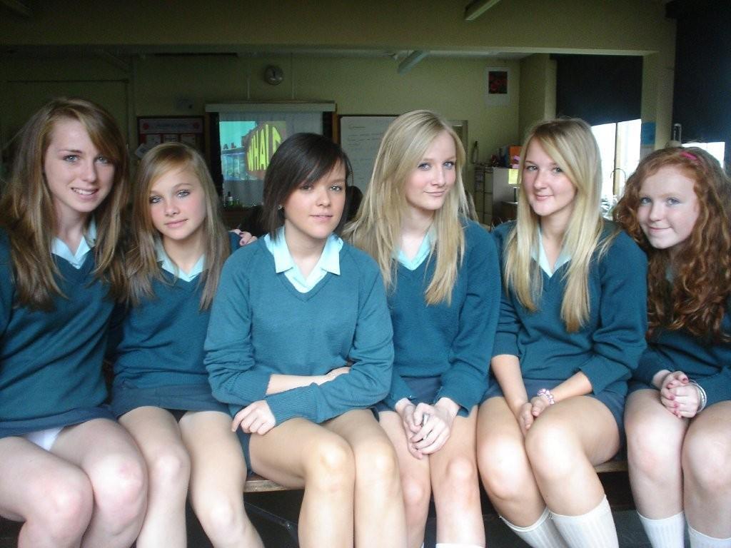 Две студентки в мини-платьях засветили трусики под юбкой