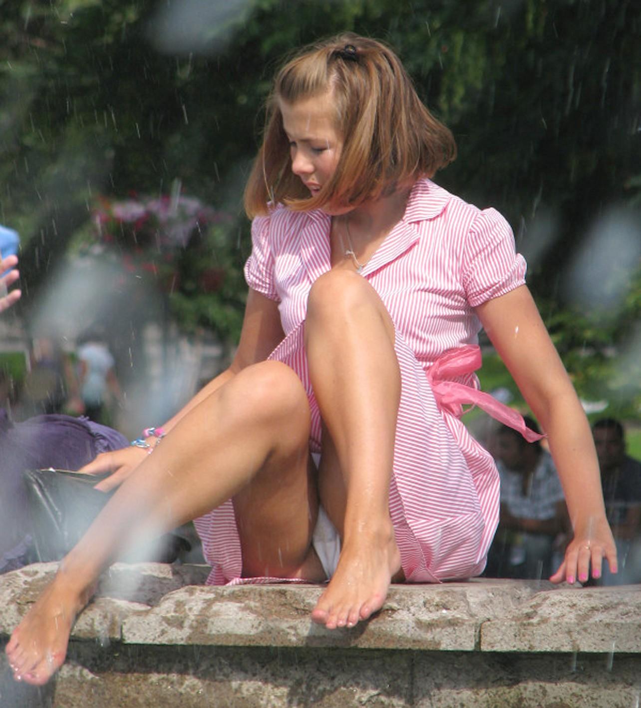 Девушка в розовом платье-рубашке засветила белые трусики