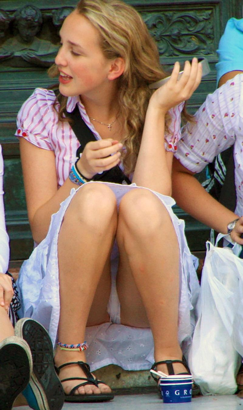 Девушка в белой юбке засветила трусики с прокладкой