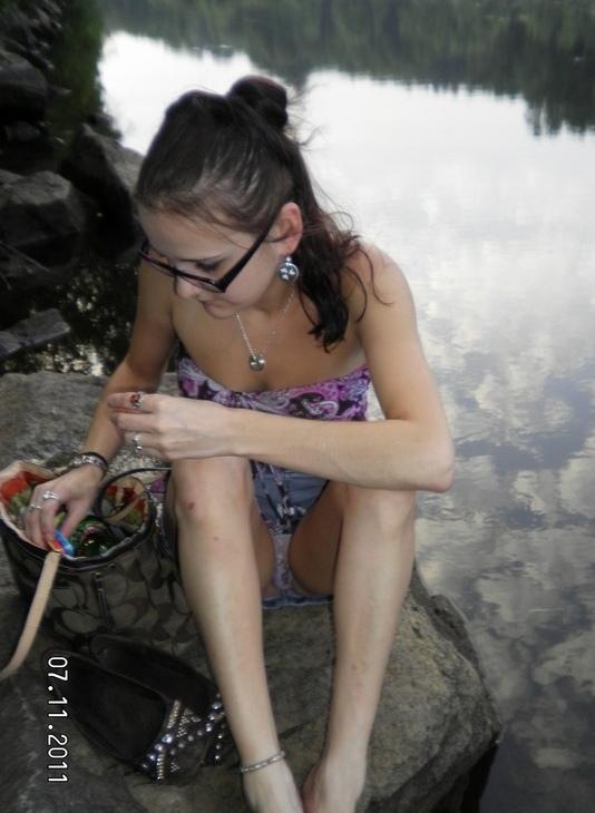 Девушка в джинсовой мини-юбке засветила прозрачные трусики